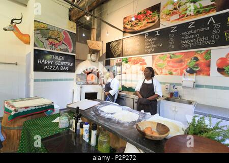 South Africa, Western Cape, Pizzaiolo in the Bay Market at Hout Bay Harbor - Stock Image