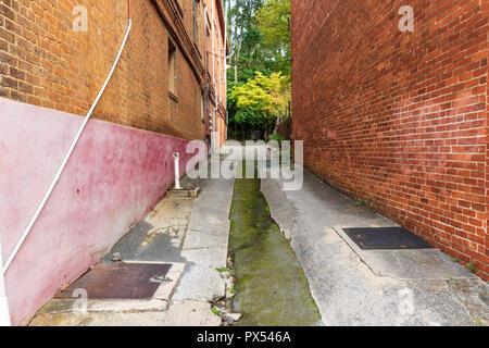 JONESBOROUGH, TN, USA-9/29/18: An empty alley in downtown. - Stock Image