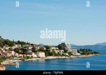 Kroatien, Dalmatien, Makarska Riviera, Podgora. Stadtstrand, rechts Medora Auri Family Beach Resort - Stock Image