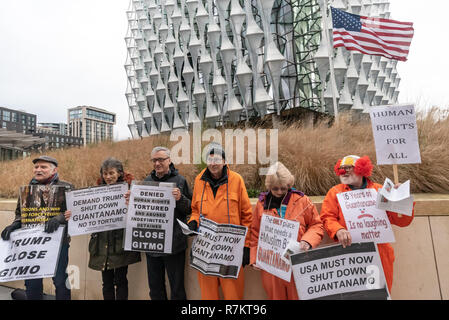 London, UK. 10th December 2018. Protesters stand in front of the US Embassy in the final 'Shut Guantanamo!' monthly protest of 2018 on the 70th anniversary of the Universal Declaration of Human Rights (UDHR). This declared 'No one shall be subjected to torture or to cruel, inhuman or degrading treatment or punishment' and 'No one shall be subjected to arbitrary arrest, detention or exile.' Guantanamo still has 40 detainees who have been tortured and held in indefinite detention without trial for almost 17 years. Credit: Peter Marshall/Alamy Live News - Stock Image