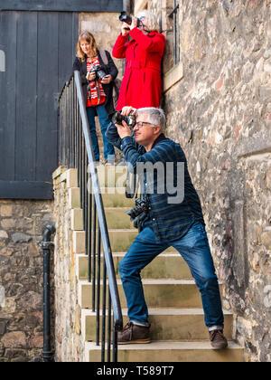 Photographers taking photos of Outlander film location, Bakehouse Close, Royal Mile, Edinburgh, Scotland, UK - Stock Image