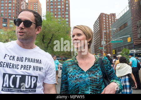 New York, NY, USA - 5 May 2018 - Democratic gubernatorial Candidate and Sex in the City star, Cynthia Nixon, (with Brandon Cuicchi) campaigning at the Million Marijuana Rally in Union Square. CREDIT ©Stacy Walsh Rosenstock/Alamy Live News - Stock Image
