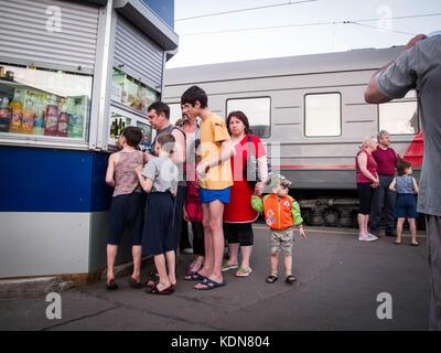 RUSSIE, MAI 25 : Une famille Russe profite de l'arret du train en gare pour faire le plein de nourriture le - Stock Image