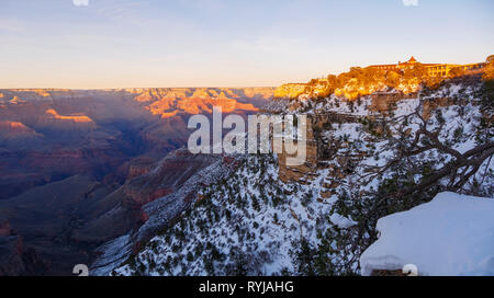 Grand Canyon Panorama with El Tovar Hotel (with turret) and Kachina Lodge at right. - Stock Image