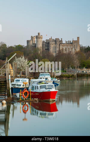 Dawn on river Arun in Arundel, West Sussex, England. Arundel Castle in the background. - Stock Image
