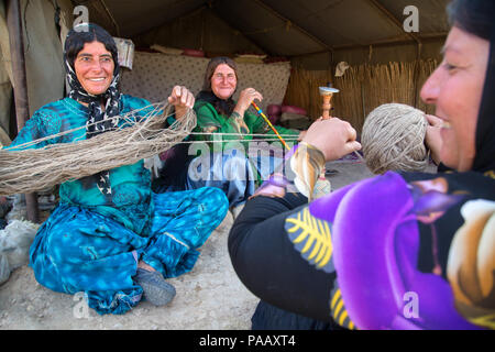 Qashqai women weaving wool for marking rugs and carpets, nomad people, Iran - Stock Image