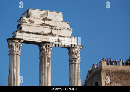 The Temple of Castor and Pollux on the Roman Forum and the Palatine Hill in the background (Forum Romanum, Foro - Stock Image
