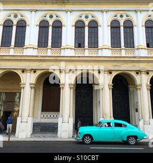 Central Havana with old American car - Stock Image