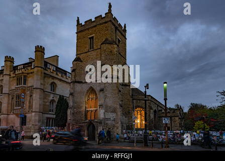 St Botolph's parish church in Cambridge (UK) on the corner of silver street and Trumpington street at night - Stock Image