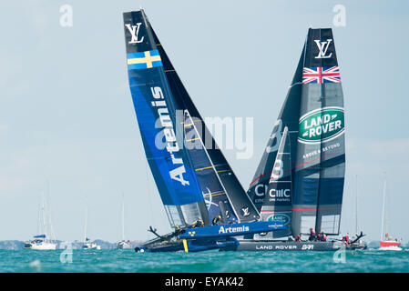 Portsmouth, UK. 25th July 2015. Artemis Team Sweden and Landcover BAR cross in close proximity during race two of - Stock Image