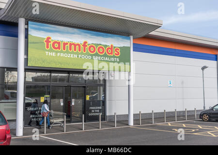 Shop / store exterior of the successful UK retailer Farmfoods at Bodmin, Cornwall. Specialises in frozen foods. - Stock Image