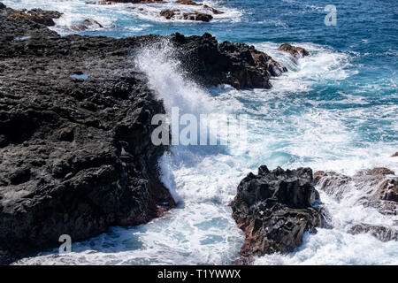 Atlantic Ocean waves breaking over the edge of the volcanic lava field at Mirador Playa Los Guirres, (Playa Nueva), La Palma, Canary Islands, Spain - Stock Image