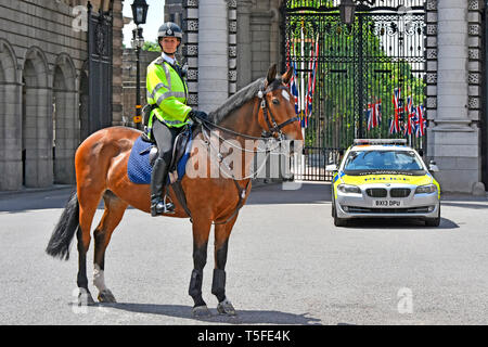 London British metropolitan police woman officer on horseback in high viz jacket & horse on traffic control duties at Admiralty Arch London England UK - Stock Image