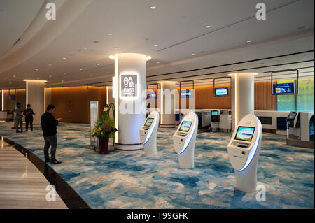 18.04.2019, Singapore, , Singapore - View of the fast check-in area in the new Jewel Terminal at Changi International Airport. 0SL190418D011CAROEX.JPG - Stock Image