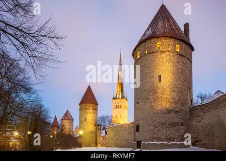 Winter evening at the Tallinn city walls. - Stock Image