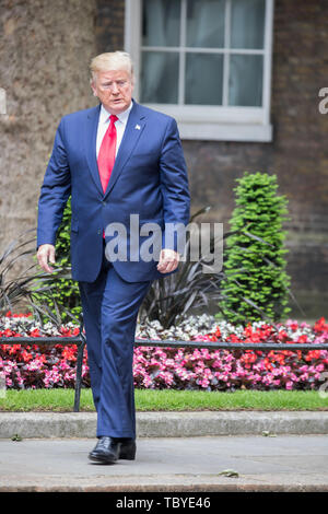 London, UK. 4th June, 2019. President Trump arrives for a meeting with Theresa May in Downing Street during his Three day State visit to the UK. Credit: Keith Larby/Alamy Live News - Stock Image