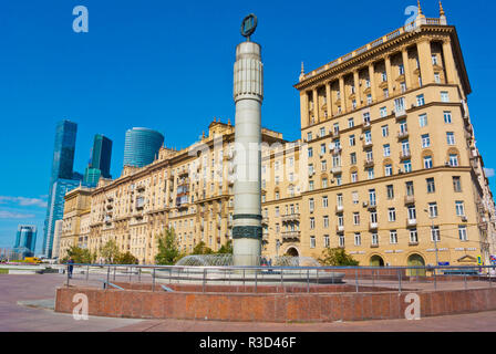 Fountain the Third Transport Ring, on a square above the third ring road, with City Gates building, Kutuzovsky prospekt, Moscow, Russia - Stock Image