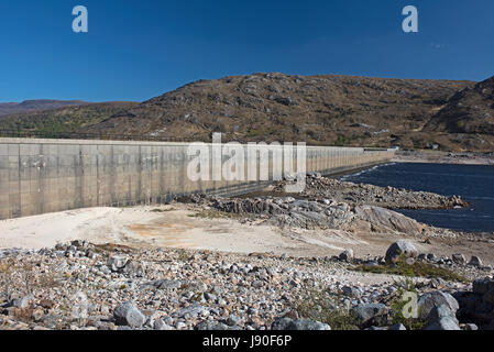 The Man made dam that Created Loch Cluanie between Glen Morriston and Glen Shiel in North West Scotland. - Stock Image