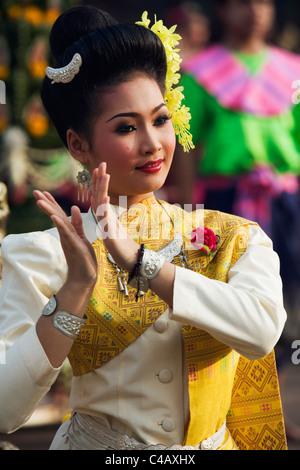 Thailand, Sakhon Nakhon, Sakhon Nakhon.  Fawn Thai dancer performing during the Wax Castle festival in Sakhon Nakhon. - Stock Image