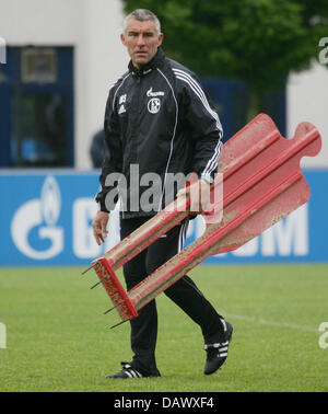 FC Schalke 04 head coach Mirko Slomka carries a dummy during his team's training session in Gelsenkirchen, Germany, - Stock Image