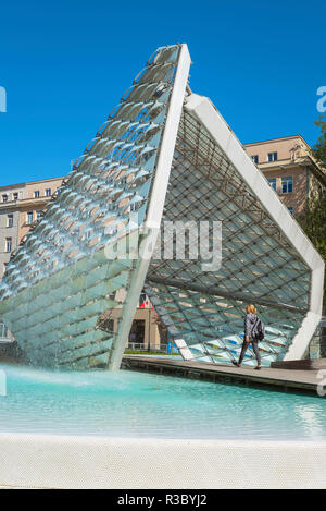 Poznan fountain, view of the modernist Freedom Fountain (Fontanna Wolnosci) in Wolnosci Square, Poznan, Poland. - Stock Image