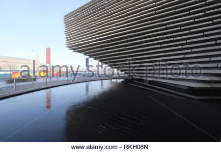 V&A Design Museum with frozen reflected pool Dundee Scotland  January 2019 - Stock Image
