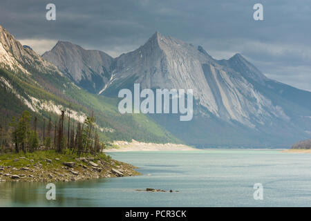 Medicine Lake with mountains, Jasper National Park, Alberta, Canada - Stock Image