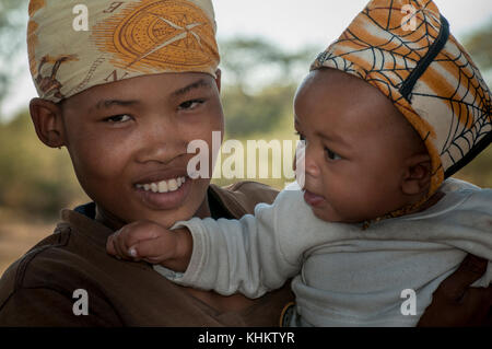 Botswana, kalahari bushman, young mother with child - Stock Image