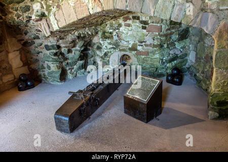 Replica of a medieval gun (made in 1990) at Tantallon Castle.  Near North Berwick, East Lothian, Scotland, UK - Stock Image