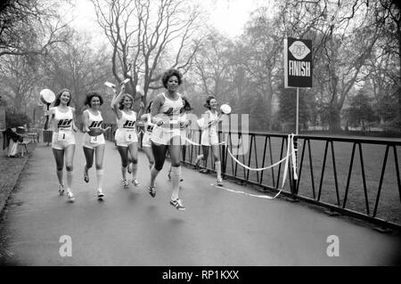 Humour/Unusual/Sport. Charity Pancake Race. Lincoln's Inn Fields. February 1975 75-00807-008 - Stock Image