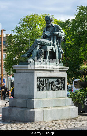 Statue of the physicist James Clerk Maxwell, by Alexander Stoddart (unveiled 2008), George Street, Edinburgh, Scotland, UK - Stock Image