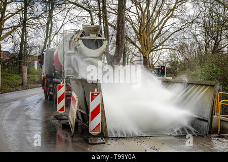 25.03.2019, Essen, North Rhine-Westphalia, Germany - A construction site vehicle, here a concrete mixer, drives through a truck wash at a construction - Stock Image