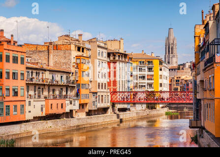 Medieval houses on the banks of the River Onyar, the Eiffel Bridge and the bell tower of Sant Feliu Collegiate Church, Girona, Catalonia, Spain. - Stock Image