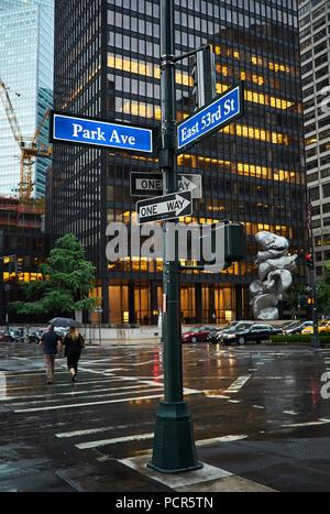 People walking under the rain in midtown Manhattan - Stock Image