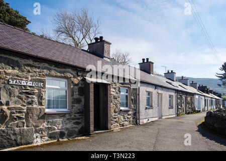 Row of tiny single story  terraced traditional Welsh cottages in old quarrying town. Tan-Y-Foel, Bethesda, Gwynedd, north Wales, UK, Britain - Stock Image