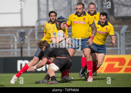17 March 2019, North Rhine-Westphalia, Köln: Jaco Otto (Germany, 7) tries to prevent the Spanish breakthrough by Alvar Gimeno (Spain, 12) with a deep tackle. Fifth match of the Rugby Europe Championship 2019: Germany-Spain on 17.03.2019 in Cologne. Photo: Jürgen Kessler/dpa - Stock Image