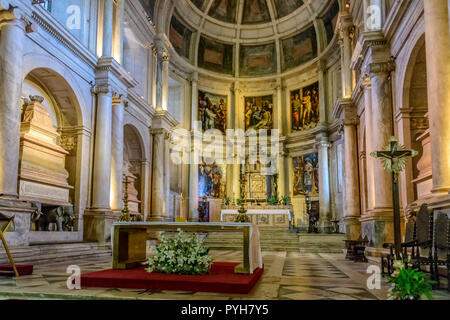 the main chapel with all the  royal sarcophagus, Mosteiro dos Jerónimos / jeronimos monastery isbon Portugal - Stock Image