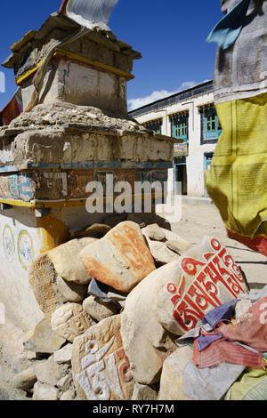 Buddist chorten with mani prayer stones and prayer flags, Lo Manthang, Upper Mustang region, Nepal. - Stock Image
