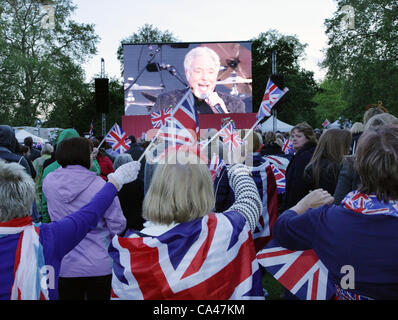 London, UK. June 4, 2012. Fans in London, enjoying Sir Tom Jones on the big screen in St. james Park Concert to - Stock Image