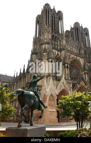 Statue of Joan of Arc in Front of Reims Cathedral, Reims, Marne, Champagne-Ardennes, France. - Stock Image