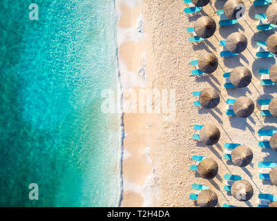Relaxing beach top down view with chairs and umbrellas - Stock Image