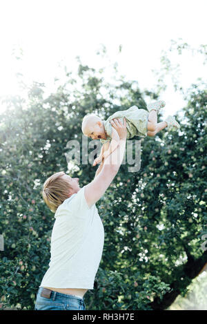 Father playing with baby daughter - Stock Image
