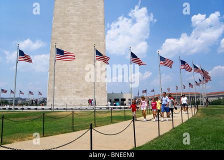 Washington monument with family visitors on summer vacation, Washington DC - Stock Image