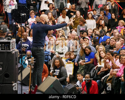 Chicago, Illinois, USA. 4th November 2018. Rapper Common performs at today's Democratic Party rally. The rally at UIC was a final push preceding the upcoming midterm general election this Tuesday, which many expect will be a wave election in favor of the Democrats. Credit: Todd Bannor/Alamy Live News - Stock Image