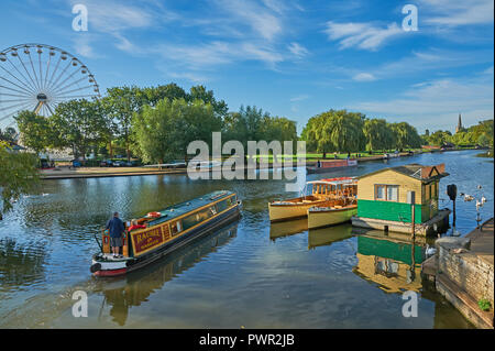 Stratford upon Avon, Warwickshire and boats on the River Avon, early on an autumnal morning. - Stock Image