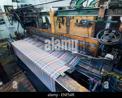 A working loom at Islay Woollen Mill Scotland - Stock Image