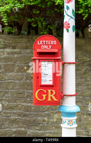 Bright red King George Royal Mail post box - Stock Image