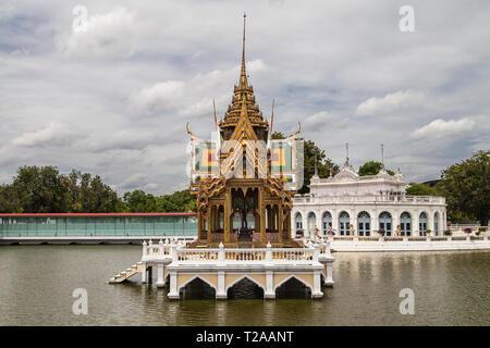 Saovarod Bridge, Floating Pavilion and Tevaraj-Kanlai Gate at Bang Pa-In Palace, Ayutthaya, Thailand. - Stock Image