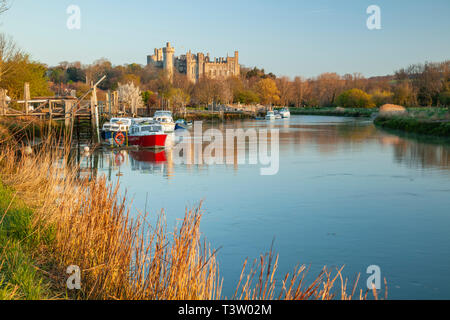Sunrise on river Arun in Arundel, West Sussex, England. Arundel Castle in the distance. - Stock Image