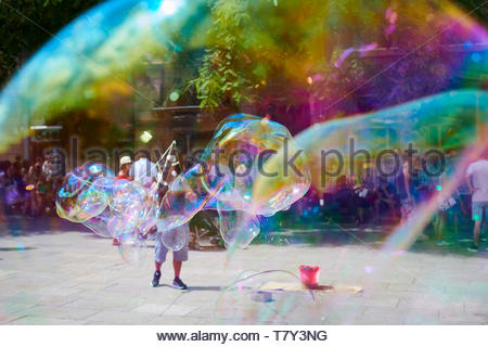 Street entertainers blowing soap bubbles in Carver de Bisbe Gothic Quarter sightseeing  Barcelona  2016 CREDIT Geraint Lewis - Stock Image